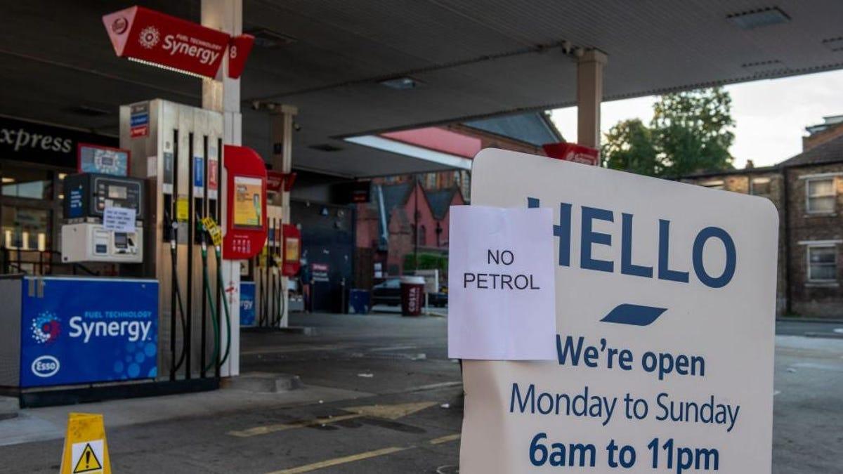 Großbritannien rationiert Benzin, weil sich der Fahrermangel verschärft und die Pumpen versiegen