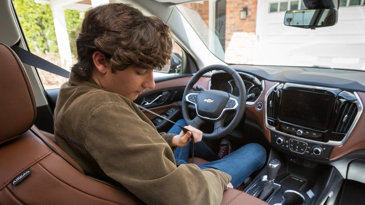 Die meisten GM-Fahrzeuge des Jahres 2022 werden mit der Sicherheitsgurtverriegelung ausgestattet sein, die alle Autos schon vor 48 Jahren hätten haben sollen