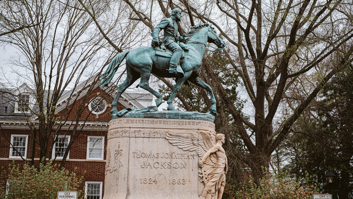 Charlottesville City Council Votes to Finally Remove 2 Confederate Statues From Local Parks