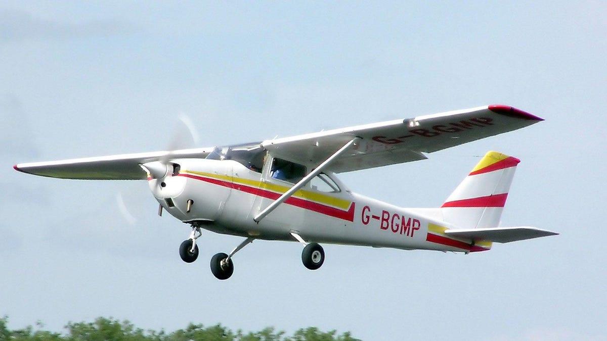 Polizisten stürzen mit einer Drohne in ein Flugzeug, das gerade versucht hat zu landen