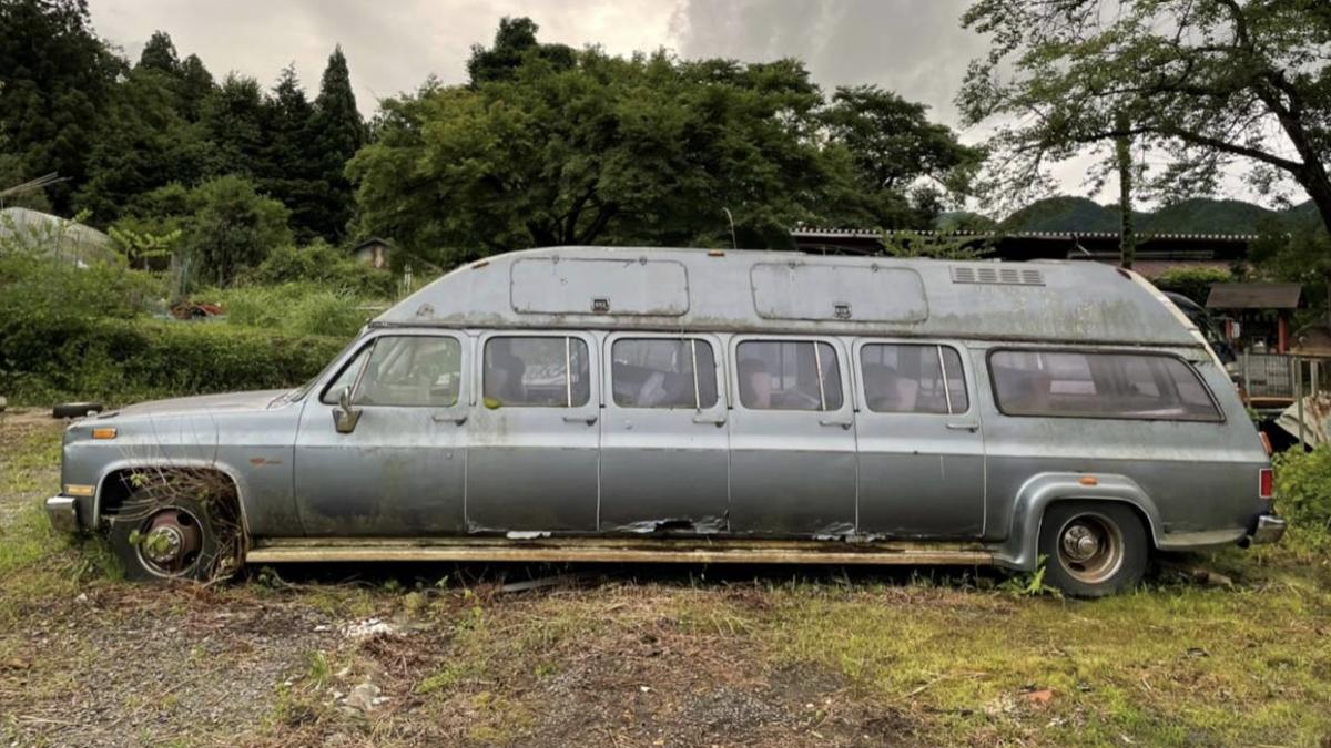 Mit dieser 10-türigen Chevy Suburban Limousine sind Sie der König der verrückten Autos