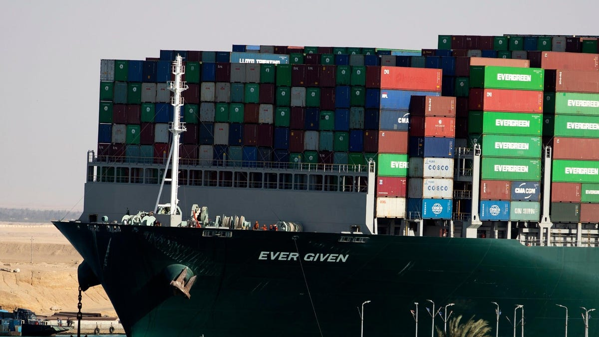 Autoridades del Canal de Suez culpan al capitán del barco Ever Given