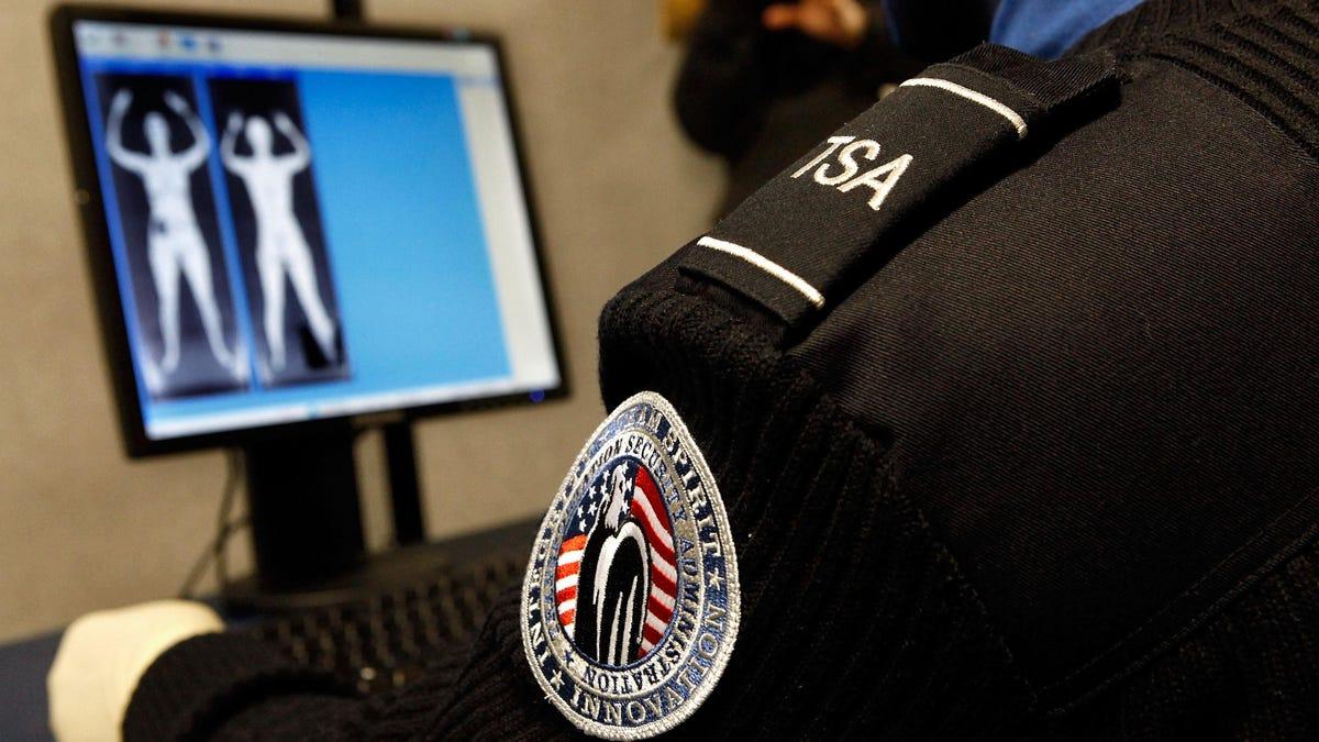 Mutter verklagt TSA, nachdem Agenten versucht haben, ihren Transgender Teenager zu durchsuchen.