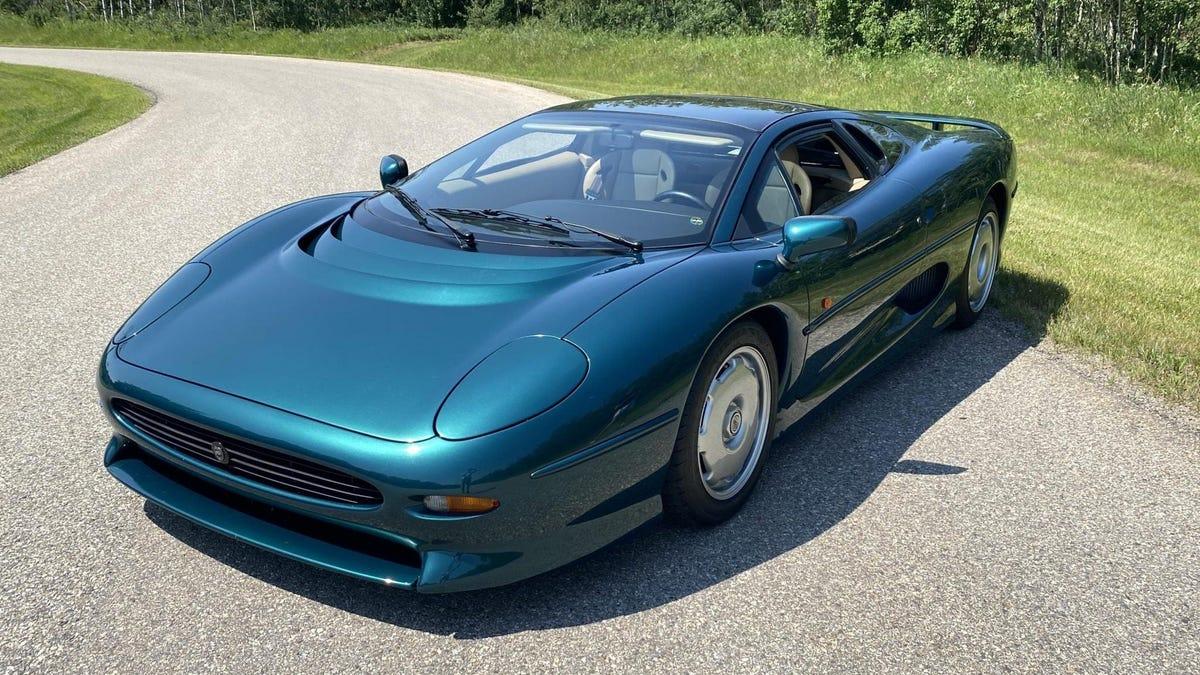 Ein legendärer Jaguar XJ220 ist in einem prächtigen Grünton zu verkaufen