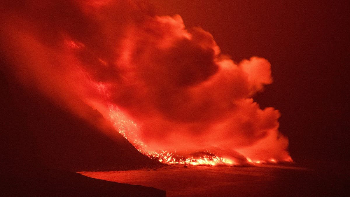 Fears of Deadly Gases as Canary Islands Lava Pours Into the Atlantic thumbnail