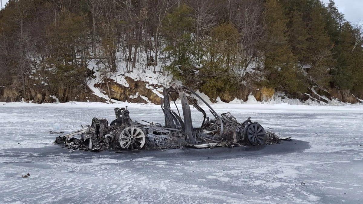 Erinnern Sie sich an das verkohlte Tesla Model X, das auf dem zugefrorenen See zurückgelassen wurde? Neue Diebstahlsvorwürfe zeichnen ein deutlicheres Bild€