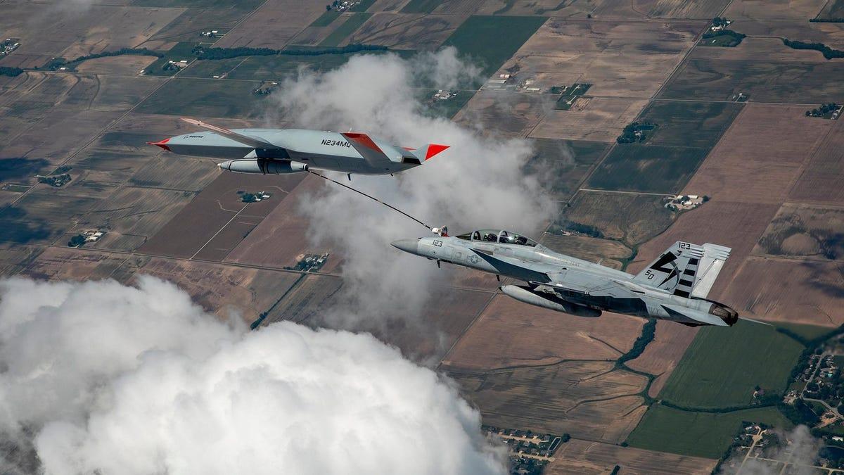 Boeing consigue hacer repostar a un caza en pleno vuelo con un dron autónomo