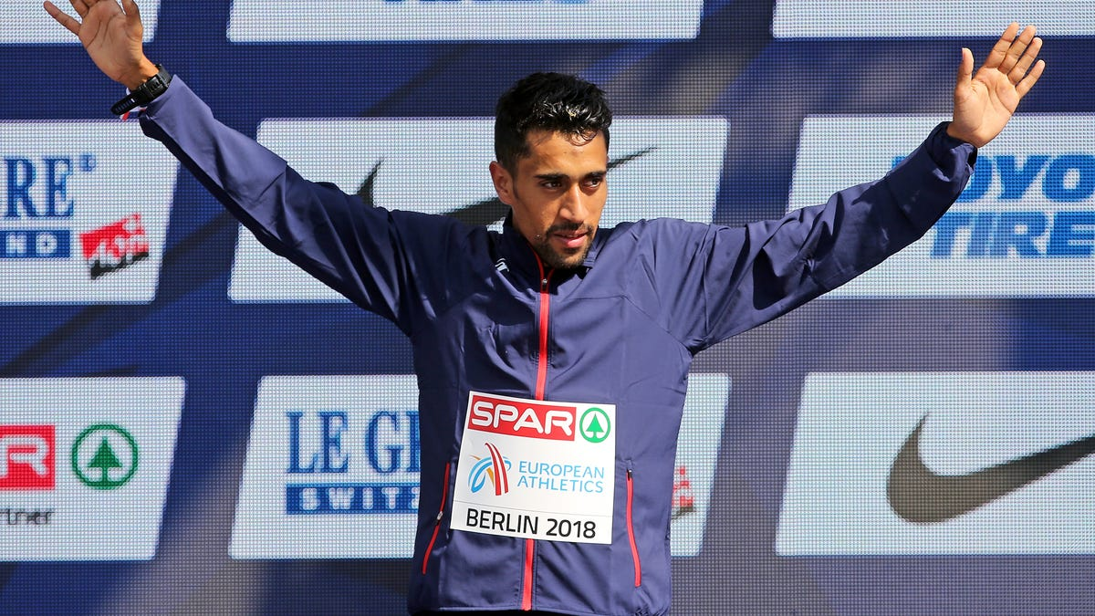 French marathon runner slaps water away from competitors, unsurprisingly finishes without a medal
