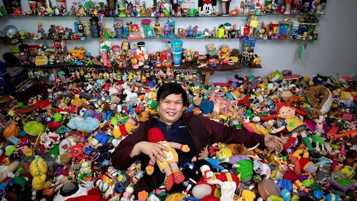 Este hombre tiene la colección más grande de juguetes de comida rápida