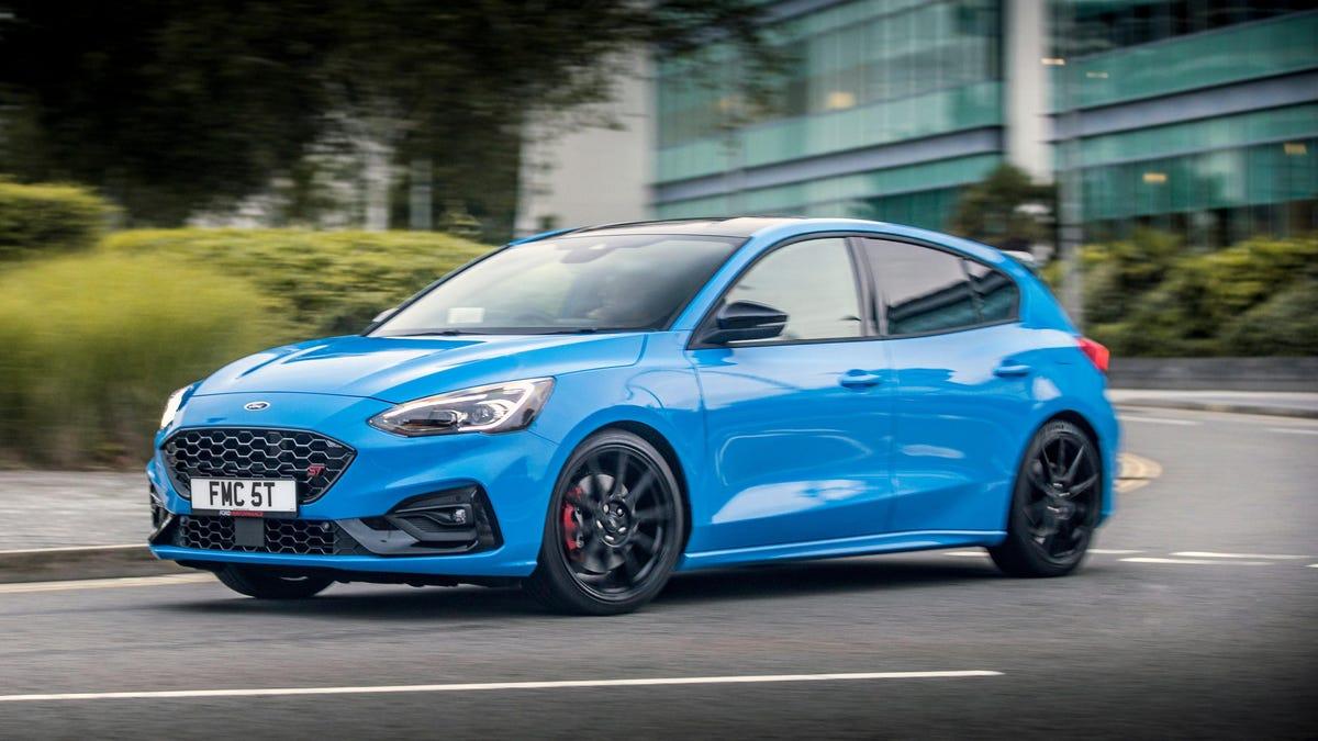 Der neue Ford Focus ST in der britischen Spezifikation ist ab Werk mit einstellbaren Gewindefahrwerken ausgestattet.