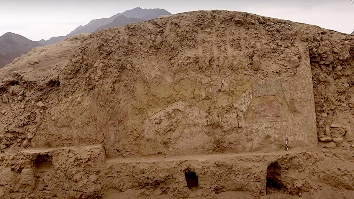 Descubren mural de 3000 años de una araña con un cuchillo en Perú