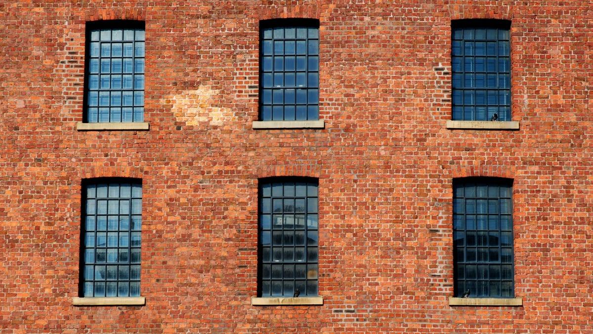 Gedung Sadar Diri Tentang Patch Berubah Warna Batu Bata