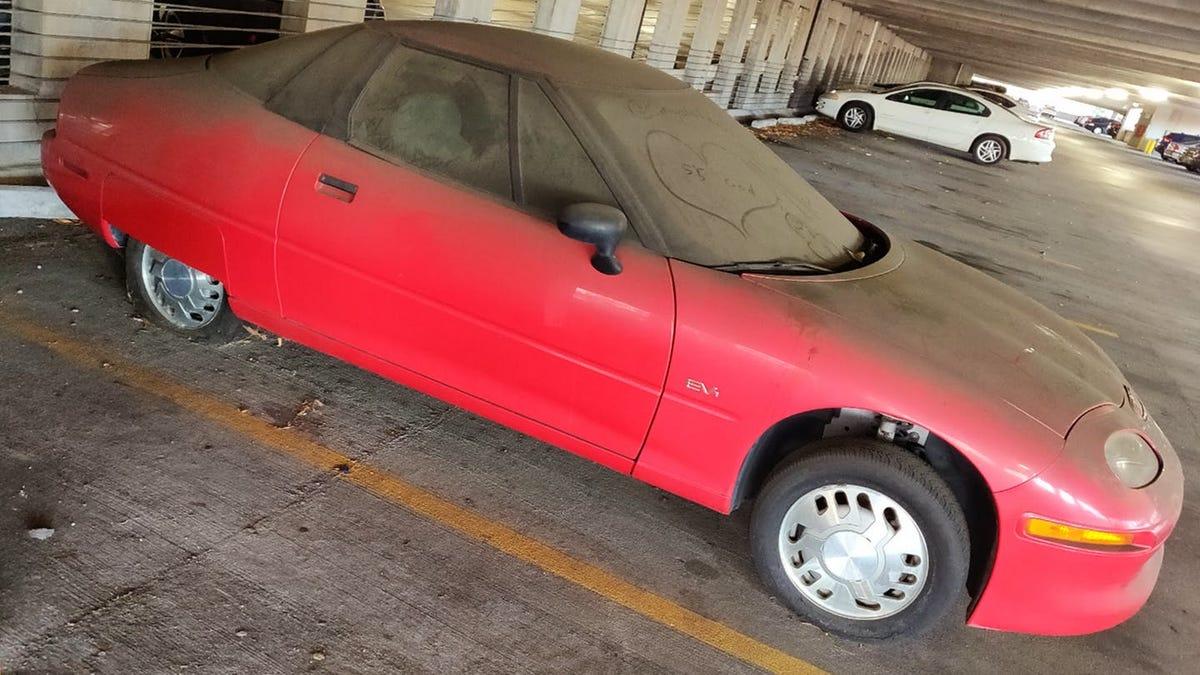 Encuentran uno de los autos más raros de la historia, el primer eléctrico en serie, abandonado en un parking d