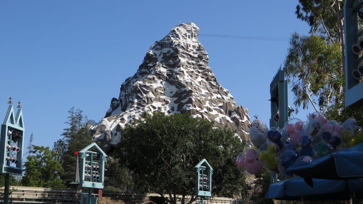 Hay una cancha secreta de baloncesto escondida dentro de la montaña Matterhorn de Disneyland