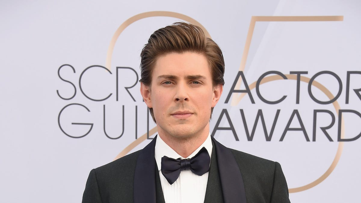 Chris Lowell joins Hilary Duff in Hulu's How I Met Your Father