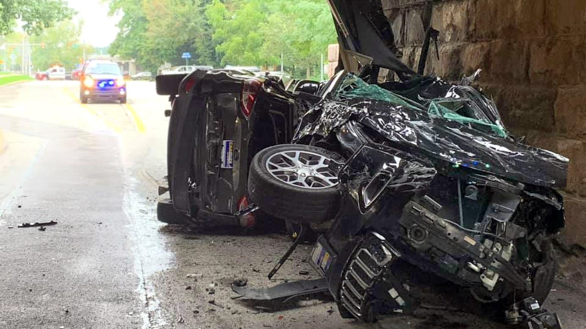Eine berüchtigte niedrige Brücke in Pennsylvania zerstörte gerade zwei Autos in der Verschiffung€