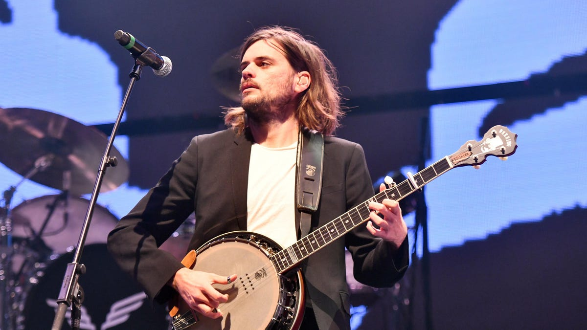 Mumford And Sons banjoist quits to spend more time with his political opinions