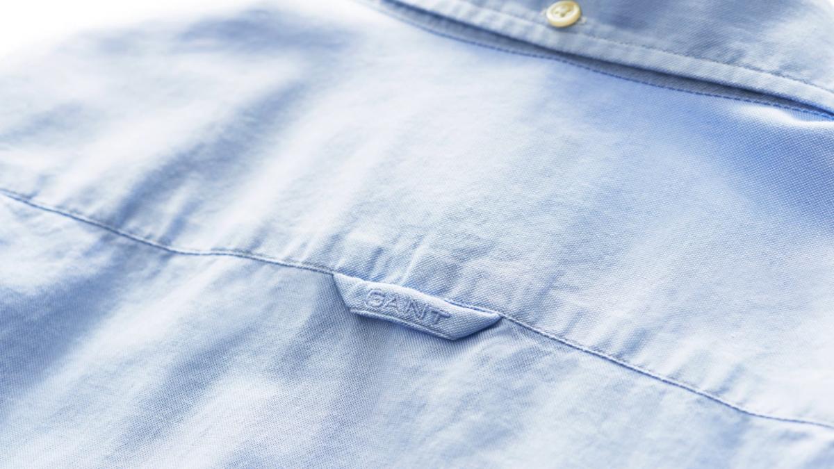 Para qué sirve el lazo que se encuentra en la parte de atrás de las camisas de botones