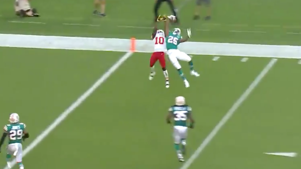 Xavien Howard snags one-handed INT from Ozone Layer against Mahomes