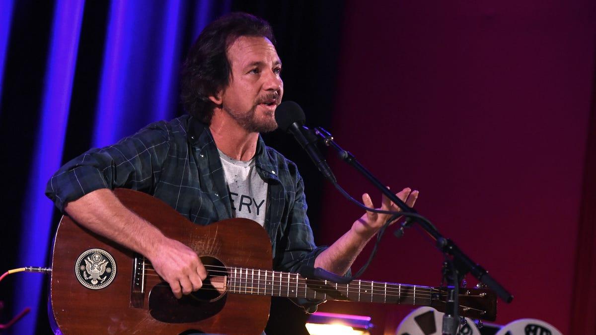 Here's Eddie Vedder paying tribute to Daniel Johnston