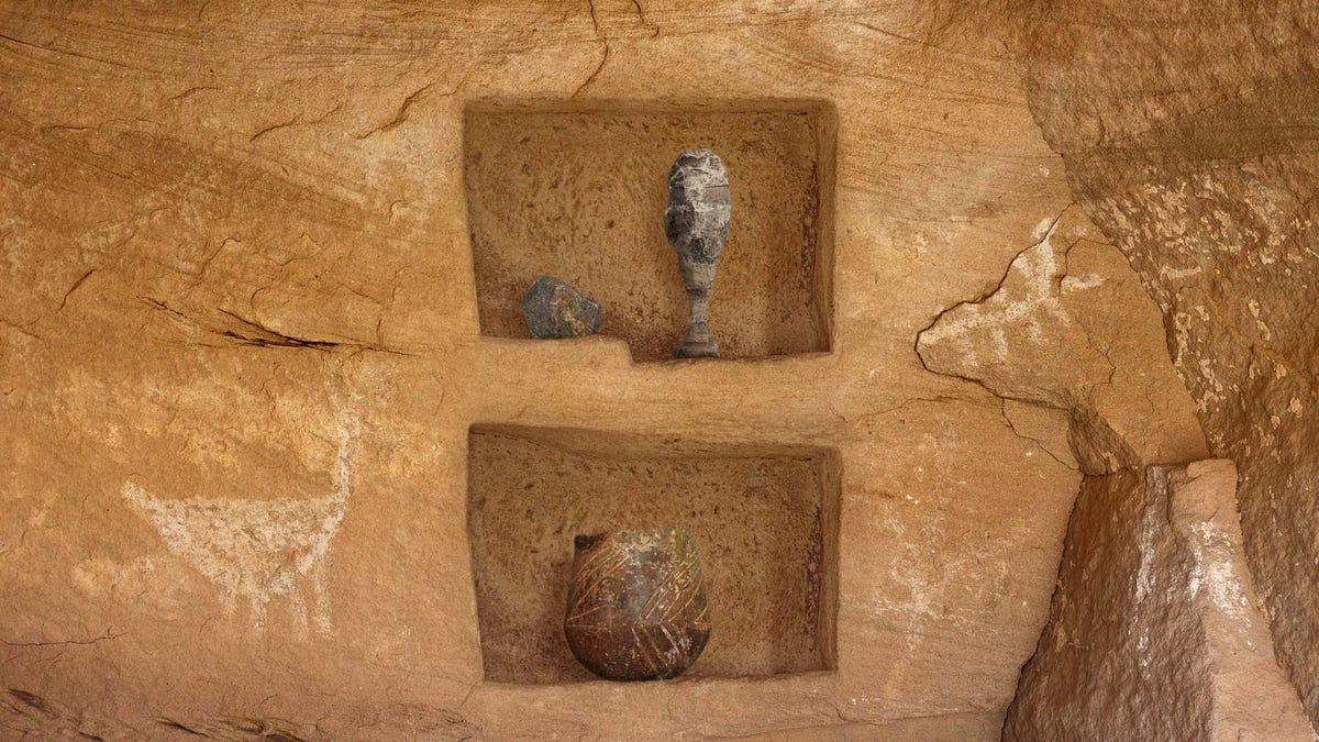 考古学者の発掘と洞窟最古建棚