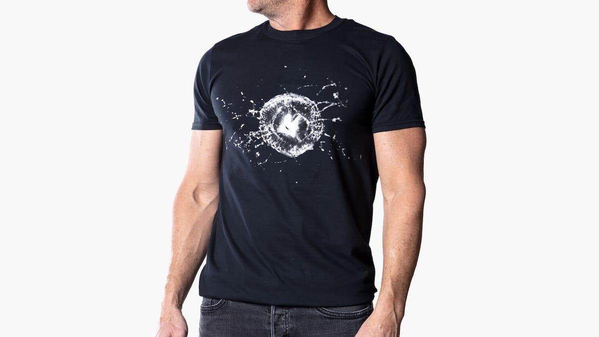 Tesla empieza a vender camisetas de la ventanilla rota del Cybertruck por 35 dólares