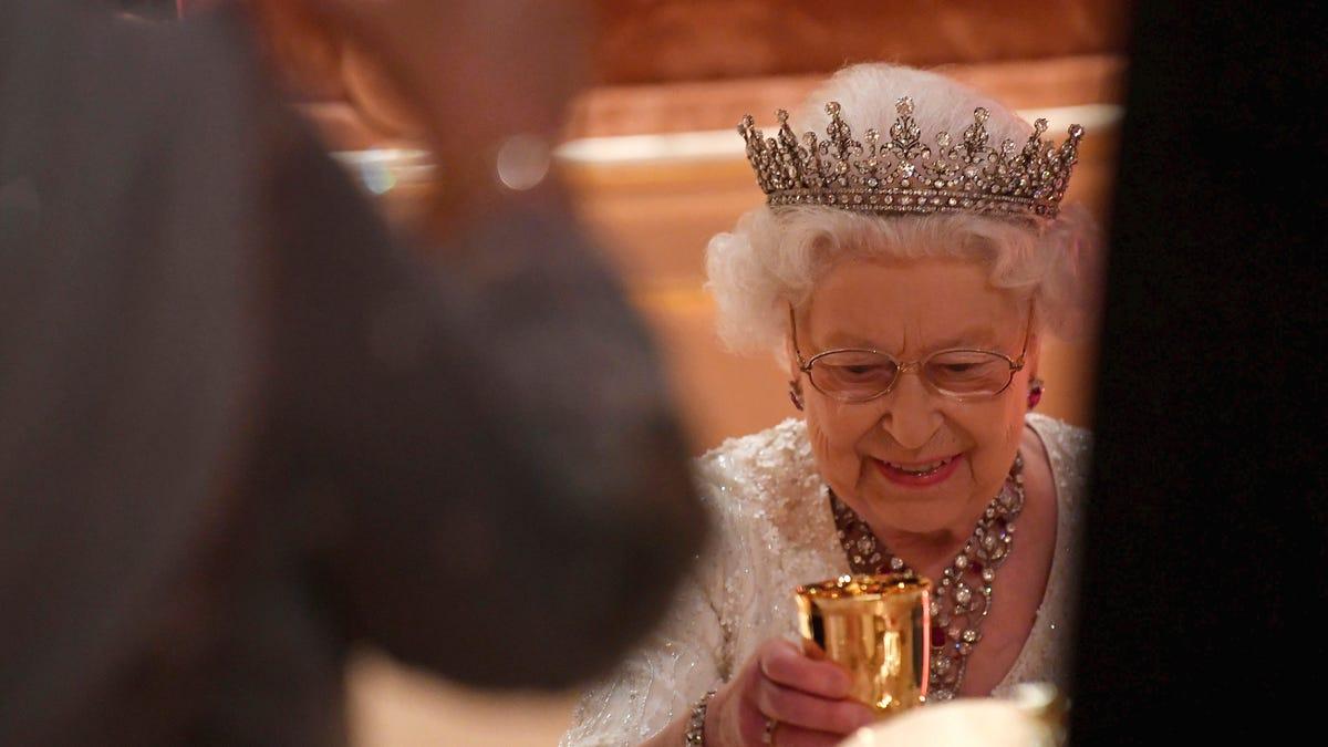 Por qué la Reina Isabel II exige que los cubitos de hielo para las bebidas sean siempre redondos