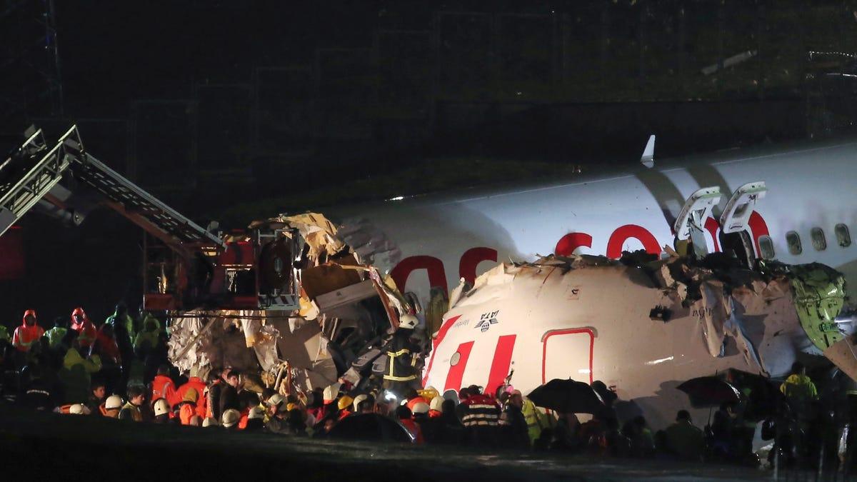 Un avión con 177 personas a bordo se parte en tres aterrizando en Estambul