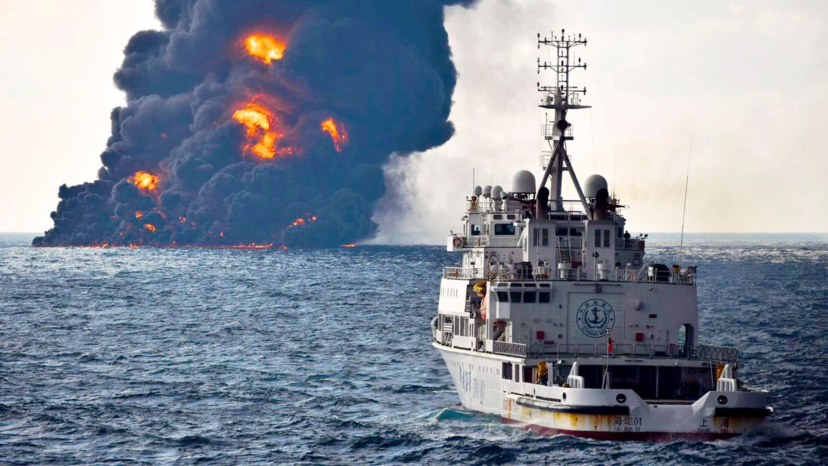 Burning Oil Tanker Sinks, Creating Huge Spill in East China Sea