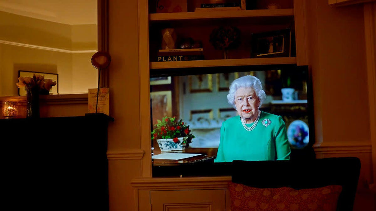 Queen Elizabeth II reminds us not to wear green on TV