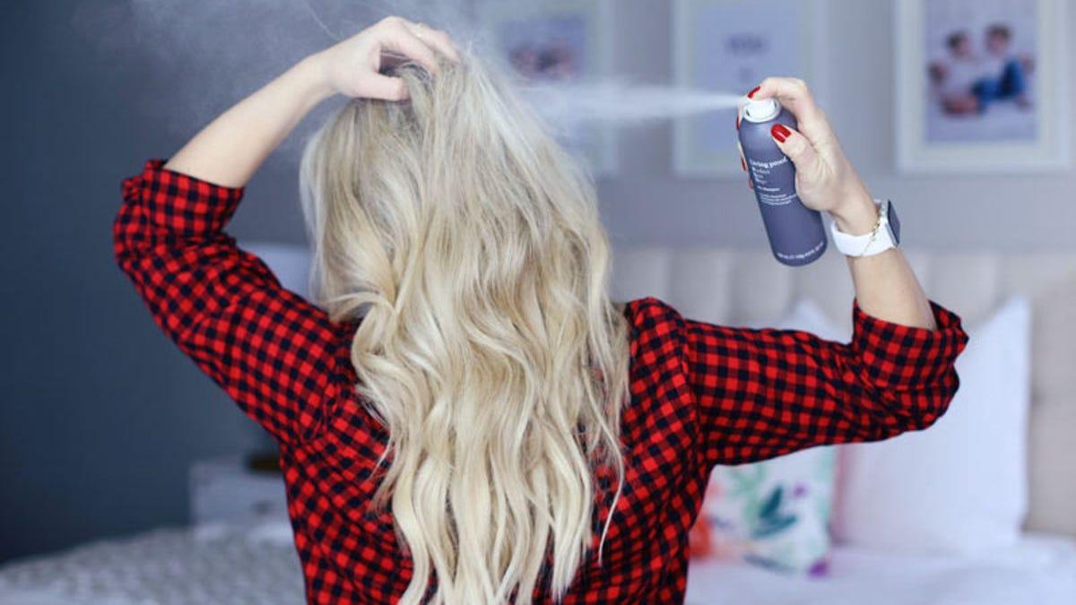 Por qué el champú seco no es una alternativa a lavarte el pelo