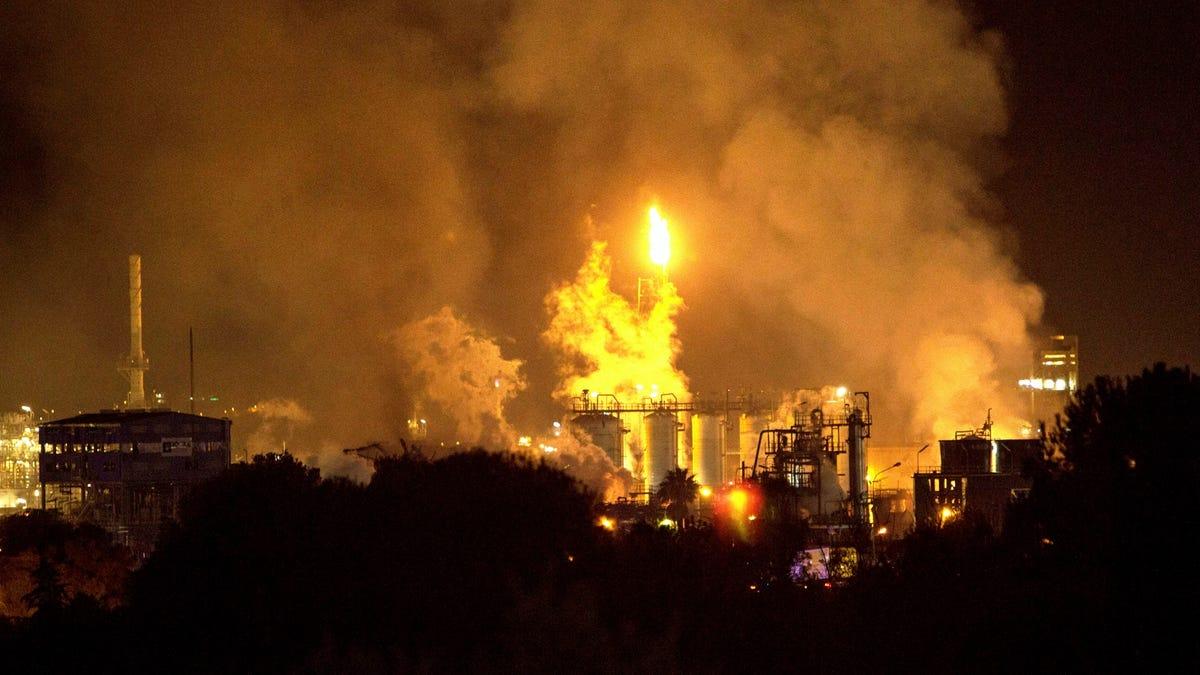 Muere un hombre al derrumbarse el techo de su casa después de que el reactor de una planta petroquímica explot