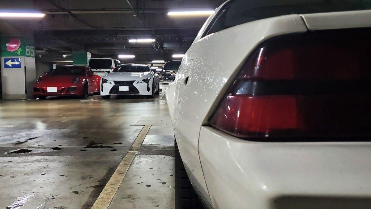 Cuando un tifón golpea en Japón, los mejores autos van a parar al interior de los centros comerciales
