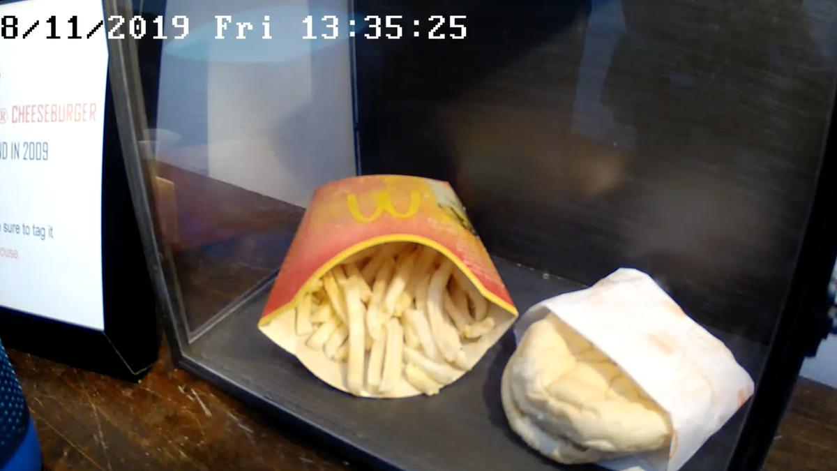 La última hamburguesa que se sirvió en un McDonalds de Islandia cumple 10 años, y parece indestructible