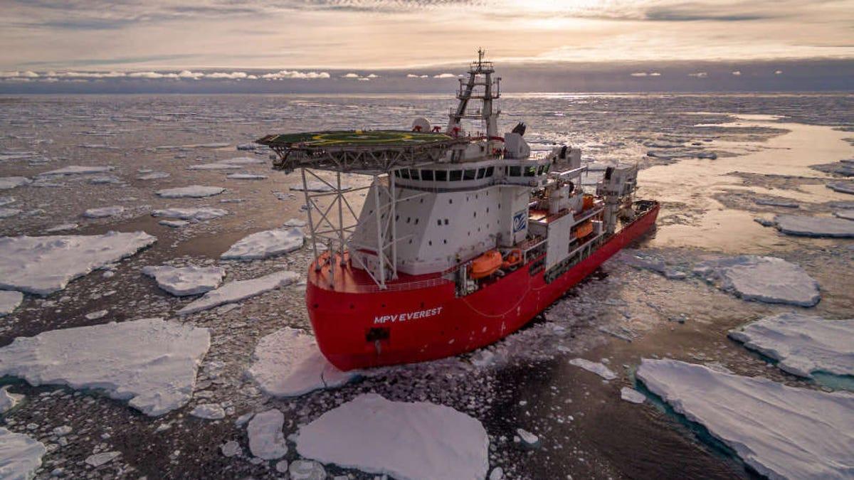 Un incendio en un barco interrumpe una expedición antártica