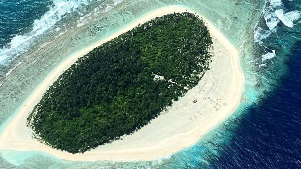 Rescatan a tres náufragos de una isla desierta gracias a un mensaje de SOS escrito en la arena