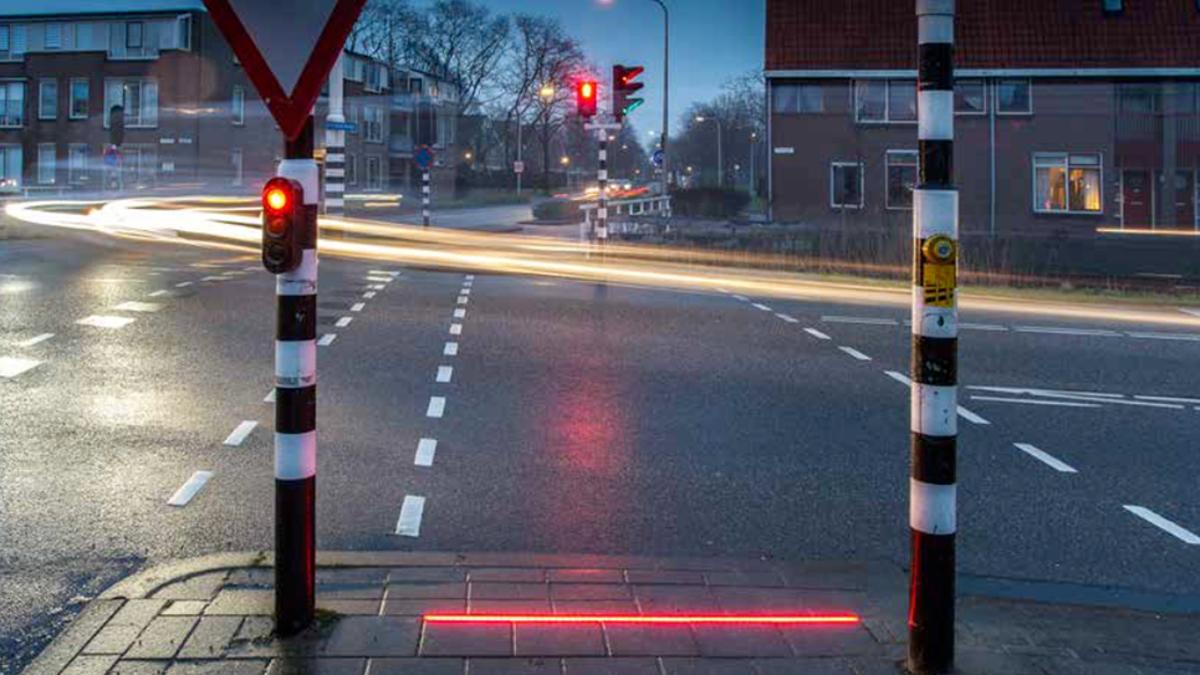 En Países Bajos instalan semáforos en el suelo para proteger a los peatones que caminan mirando el móvil