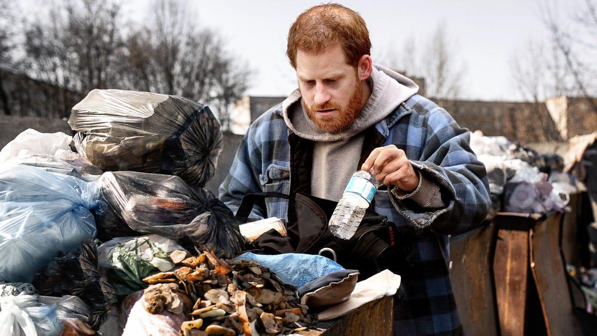 Obdachlos, Ungepflegt Prinz Harry Gesichtet Essen Aus Der Mülltonne, Nur 24 Stunden Nach Stepping Weg Von Der Monarchie