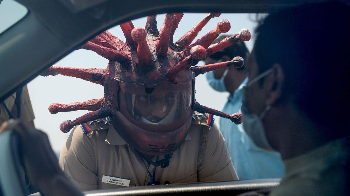 Por si pensabas que lo habías visto todo en la pandemia de covid-19: policías de tráfico con casco de coronavirus