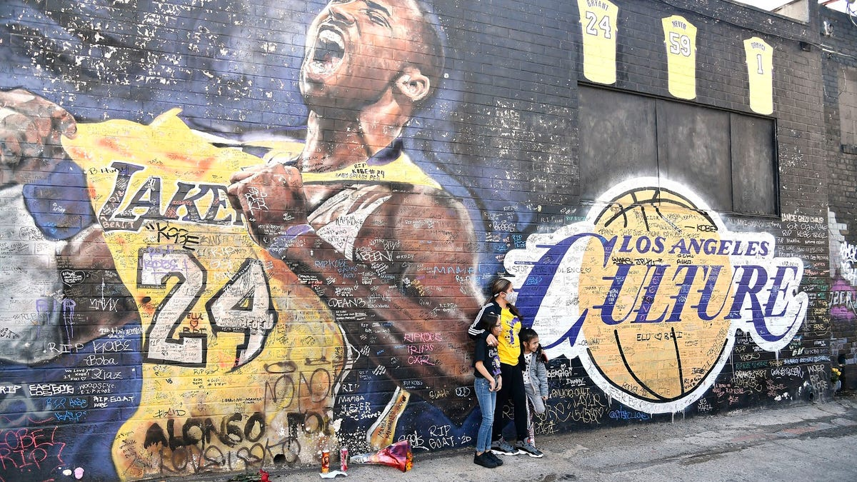 It has somehow been one year since Kobe & Gigi Bryant's tragic deaths, and tributes pour in - deadspin