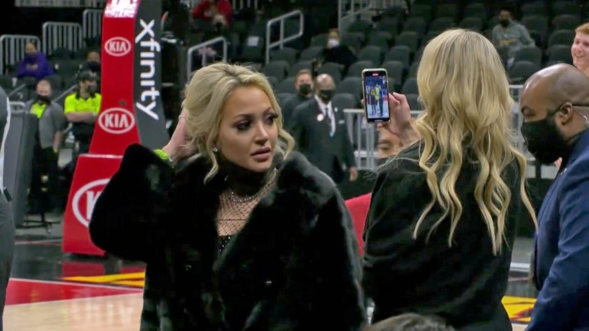 'Courtside Karen' tries to lay into LeBron, gets booted