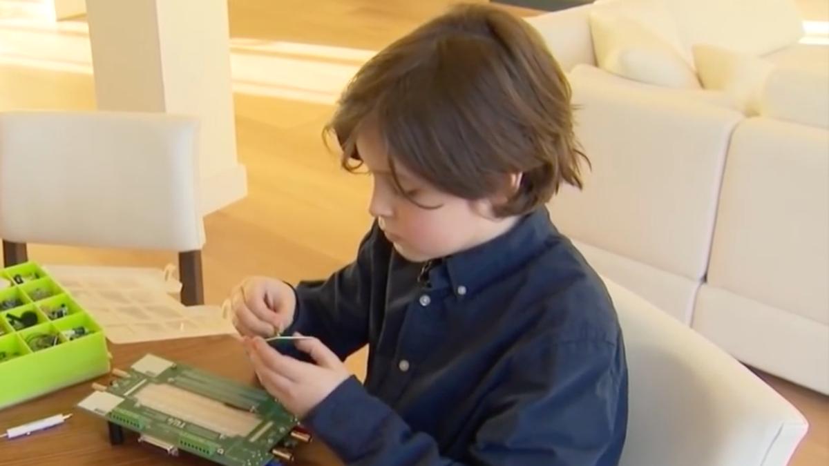 Este niño tiene 9 años y juega a Fortnite. También está a punto de acabar la carrera en la universidad