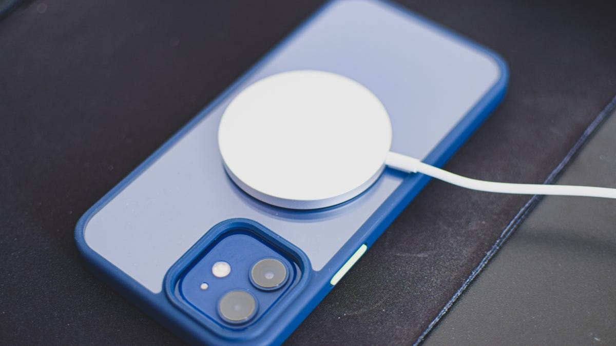 Why Does Apple Make Wireless Charging So Damn Confusing? - Lifehacker