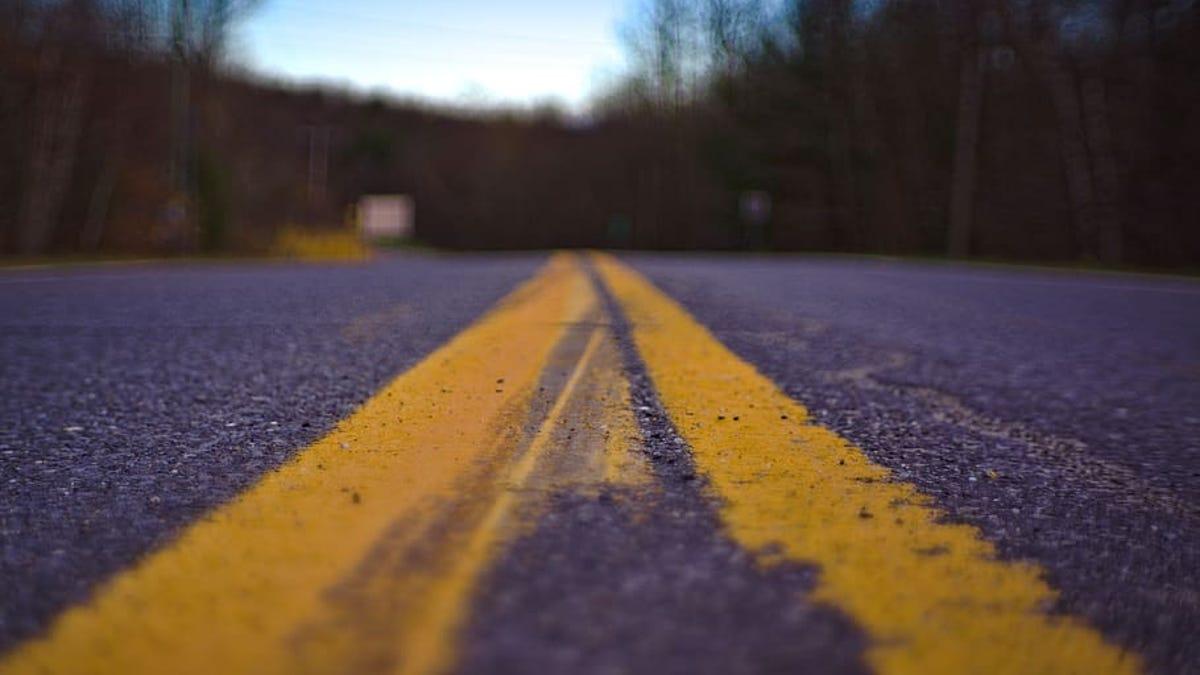 Por qué algunas líneas en las carreteras son amarillas y otras son blancas