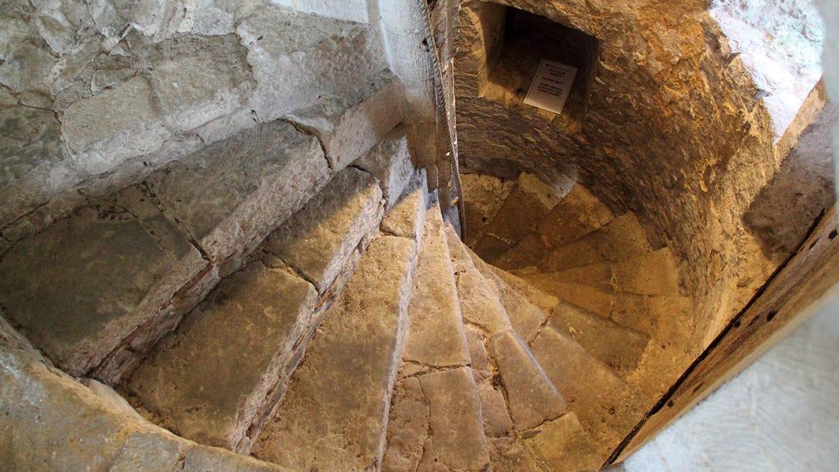 Por qué las escaleras en espiral de los castillos están construidas en el sentido de las agujas del reloj