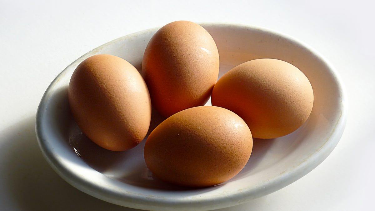 huevo crudo en la nevera