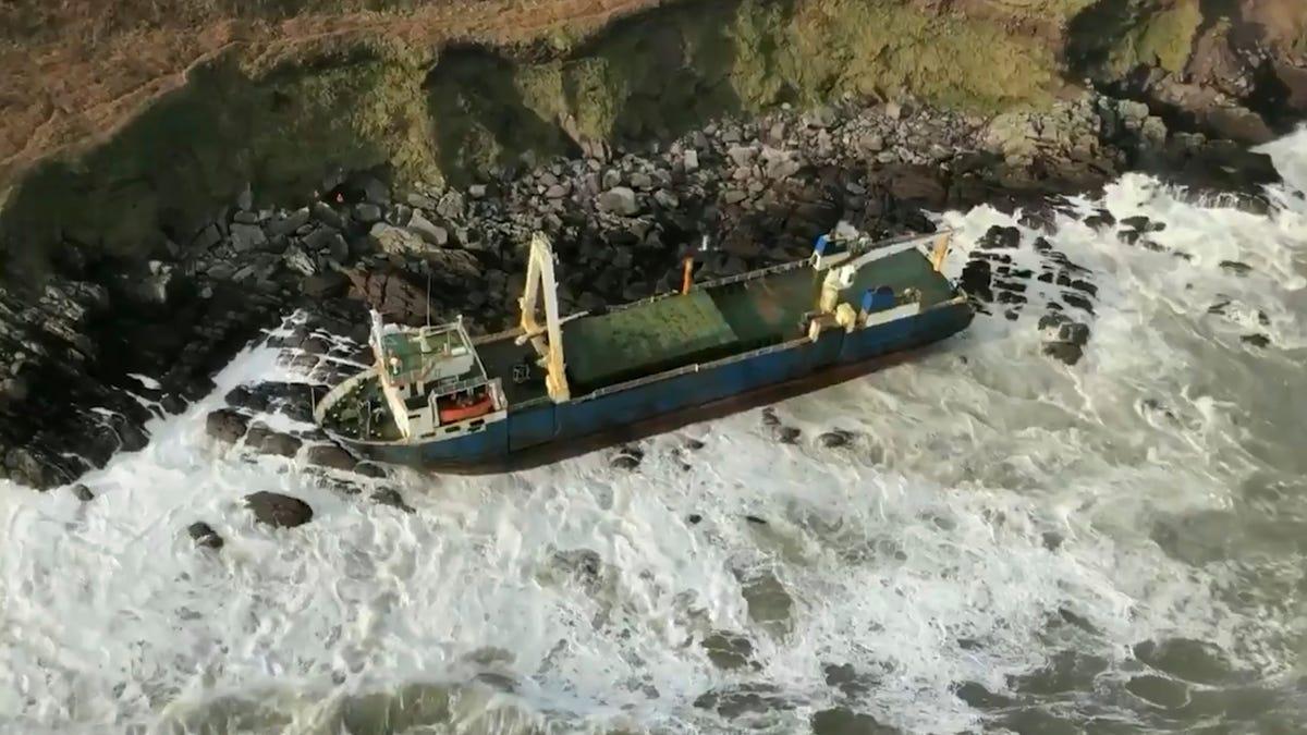 Un barco fantasma encalla en Irlanda arrastrado por la tormenta Dennis