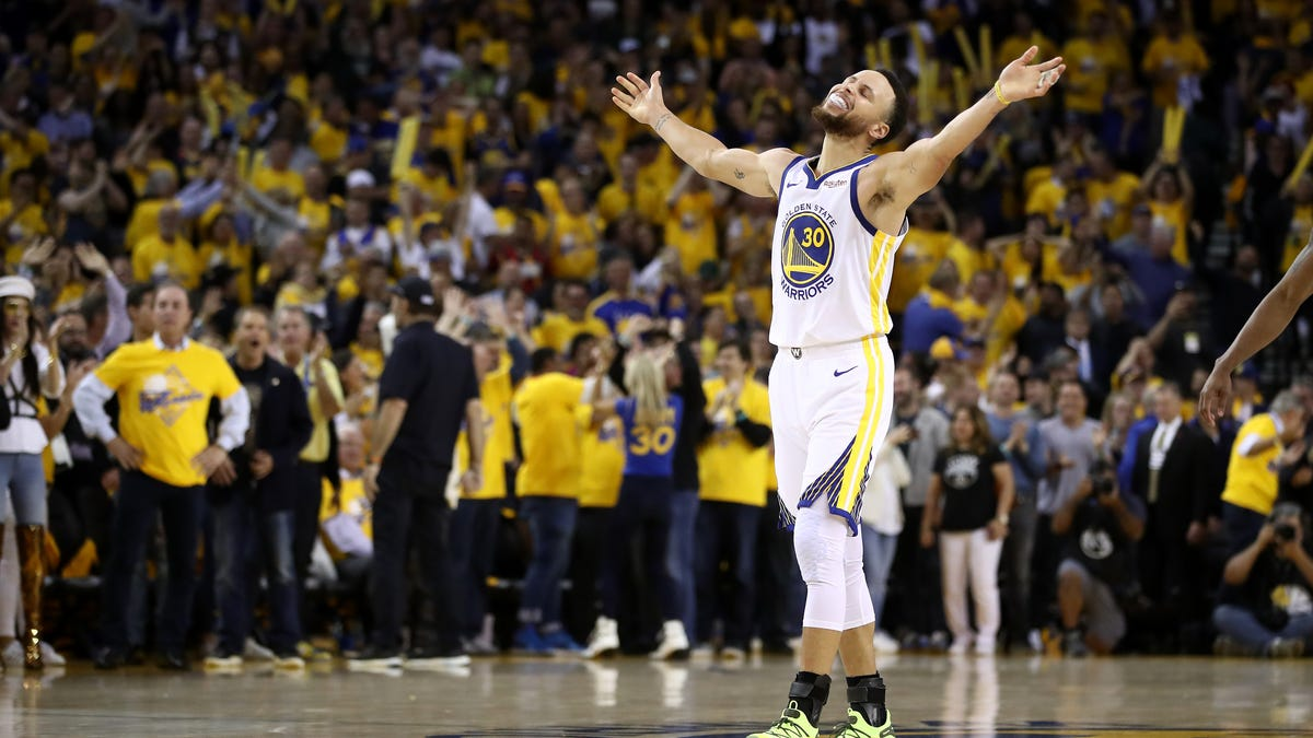 Steph Curry Moonwalks Past Wilt Chamberlain to Become Golden State Warriors' All-Time Scorer