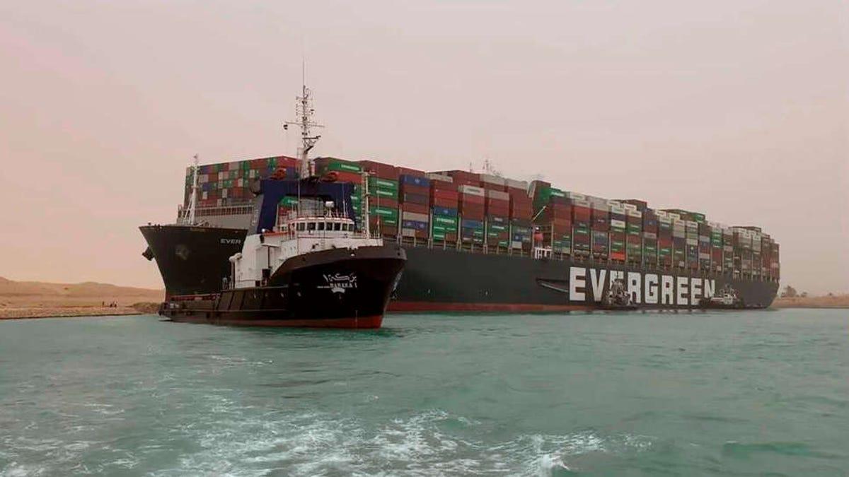 El tráfico marítimo por el Canal de Suez se reanudará en breve