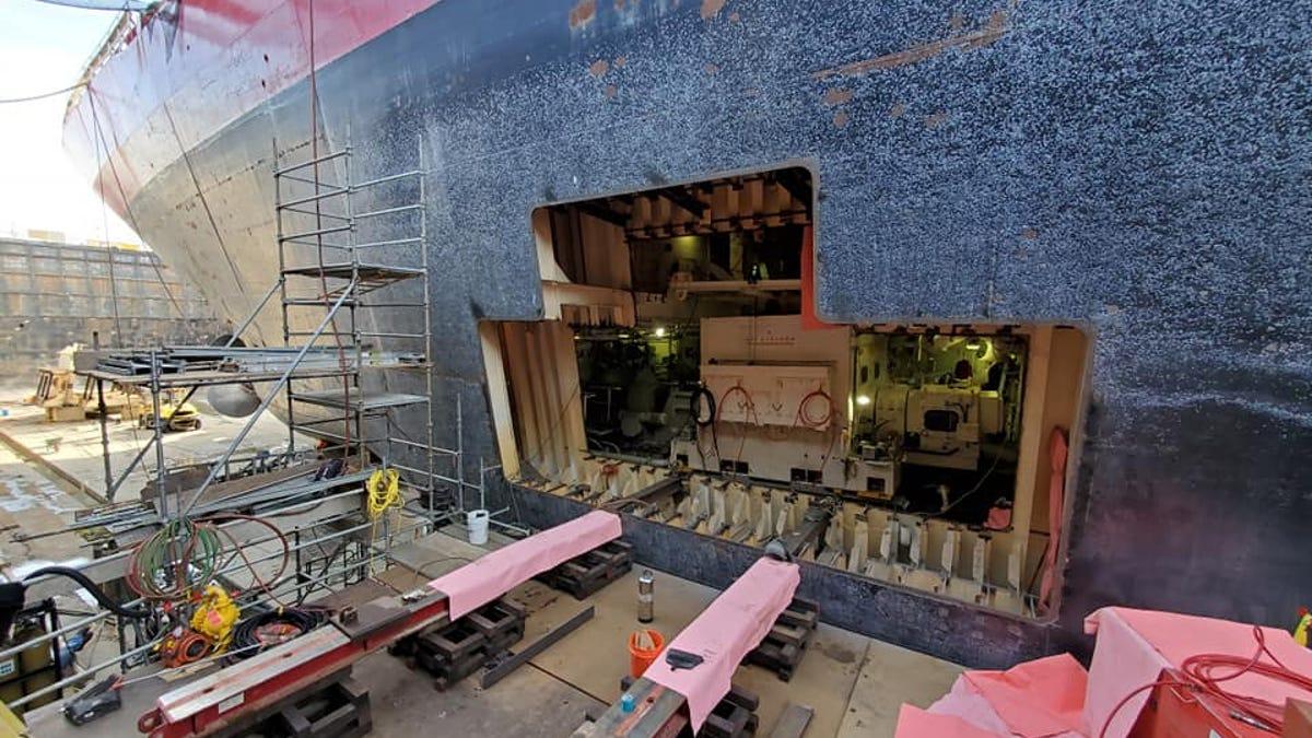 El increíble reemplazo de un motor de un barco gigante